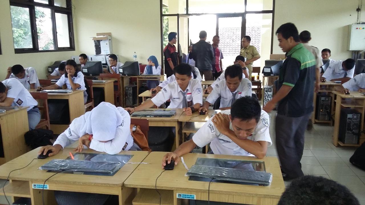Ujicoba UN CBT Siswa TITL RPL Dan TKJ SMK Negeri 2 Surakarta Maret 2015